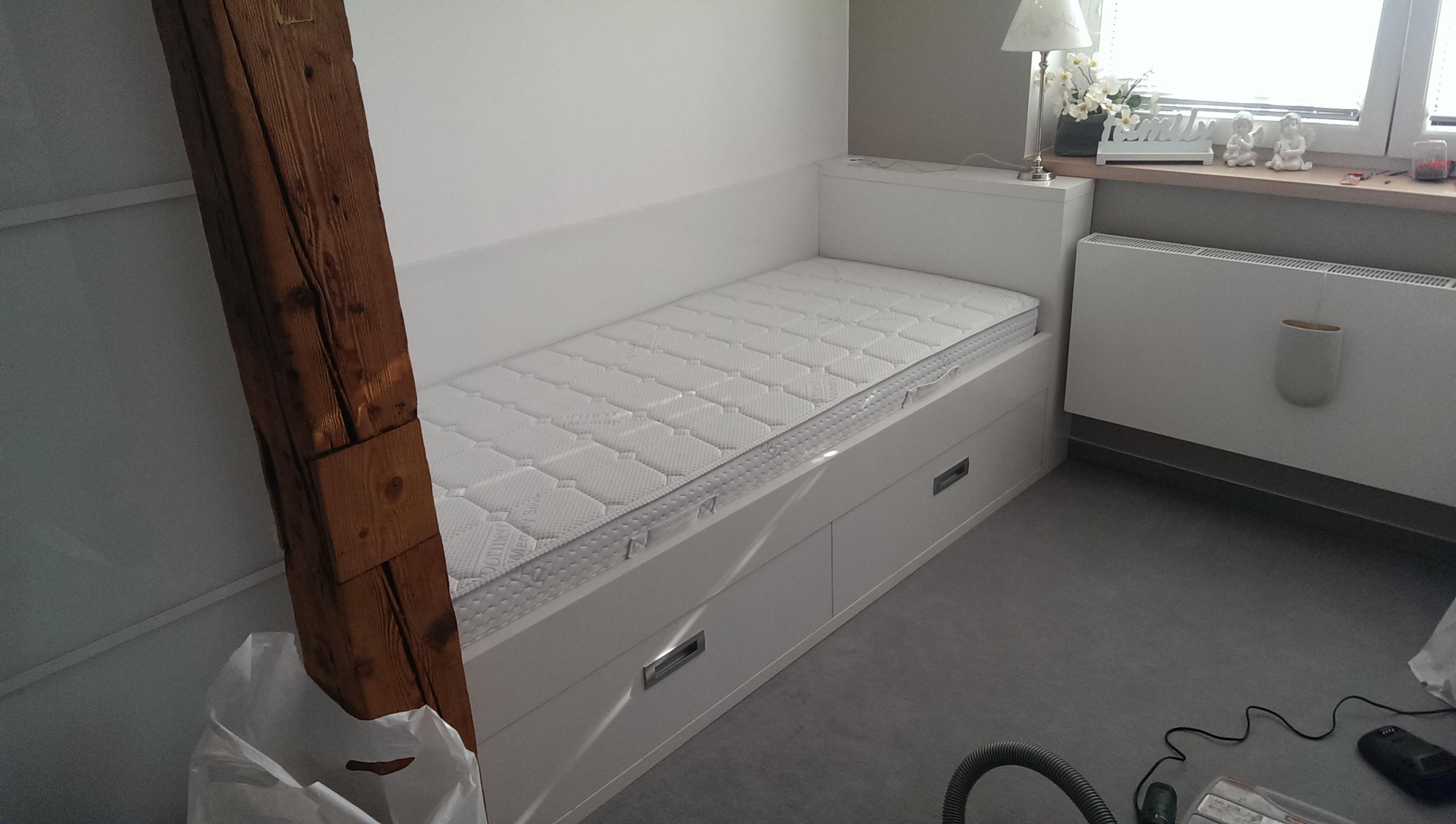 postel se šuplíky