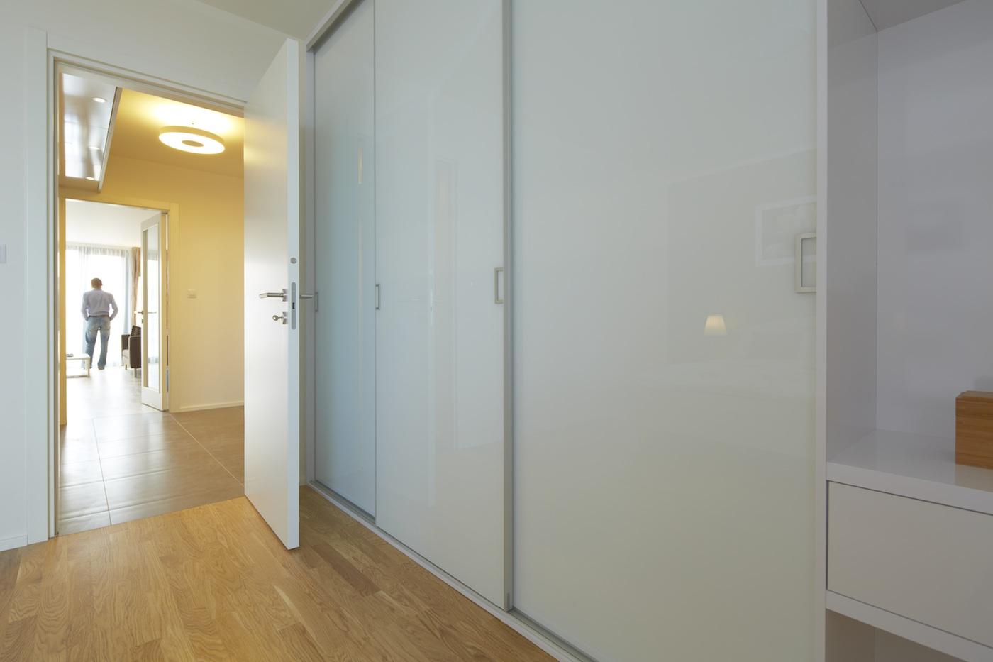 vestavěná skříň s bezrámovými dveřmi